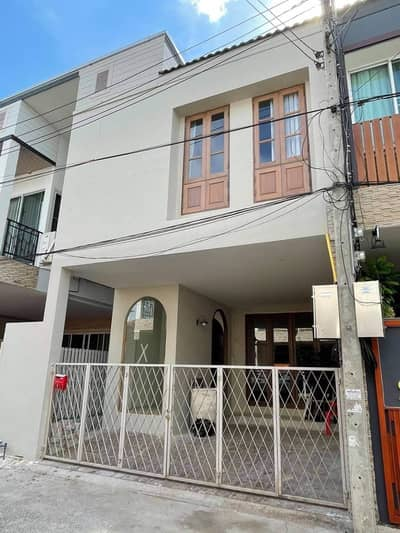 3 Bedroom Townhouse for Sale in Mueang Chiang Mai, Chiangmai - Newly Renovated Modern and Classic Townhome near Nimmanhemin Road, Chiang Mai