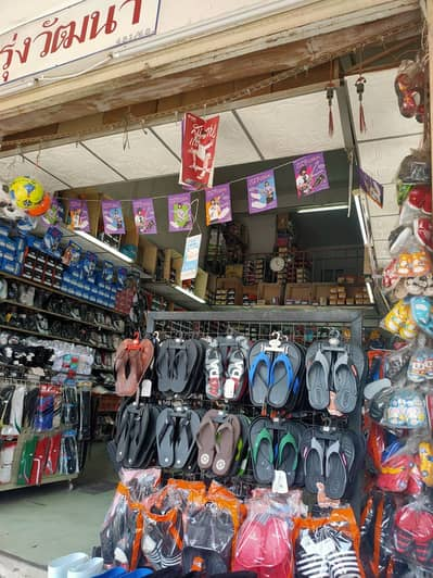 Commercial Space for Sale in Mueang Samut Prakan, Samutprakan - M. . . No. 3006815 Commercial building for sale, very good location, Phraeksa fresh market, outstanding corner, selling well every day, currently it is a shoe store with good income.