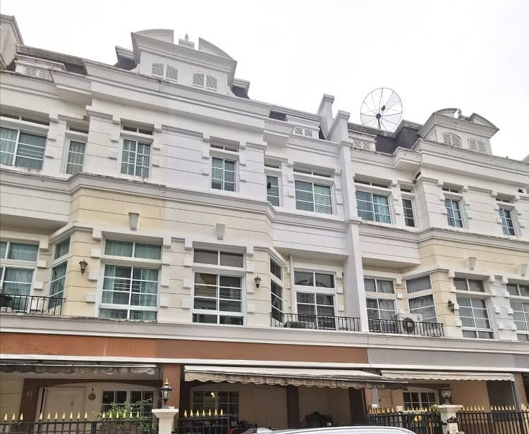 Townhouse for sale With furniture In the village of Sukhumvit 101-1 Wachiratham Sathit