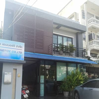 4 Bedroom Home for Sale in Ko Kha, Lampang - The house is located on Phaholyothin Road, Chompoo Subdistrict, Mueang District, Lampang Province: Area 79 square meters: Usable area in the building 445 square meters: Inside the house, there are 4 bedrooms, 5 bathrooms, 2 large halls. Storage room, 1 Bu