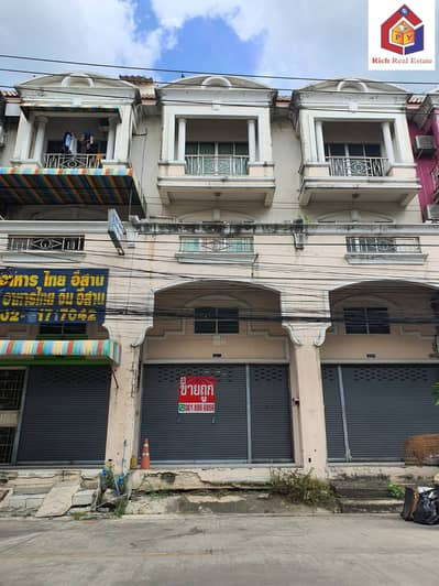 4 Bedroom Townhouse for Sale in Lat Krabang, Bangkok - Selling a 3.5-storey commercial building, Rungkit Villa 14, Soi Romklao 38, about 50 meters into the alley, area 22.1 sq m. 4 bedrooms, 4 bathrooms, empty building for sale, good location, community resources, near Airport Link, Lat Krabang Station.