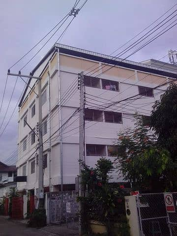 Dormitory 4-storey apartment for sale, 40 rooms, an area of 100 sq m. Every room has a water heater, bed cabinet, mattress, air conditioner 10, near the road along the canal.
