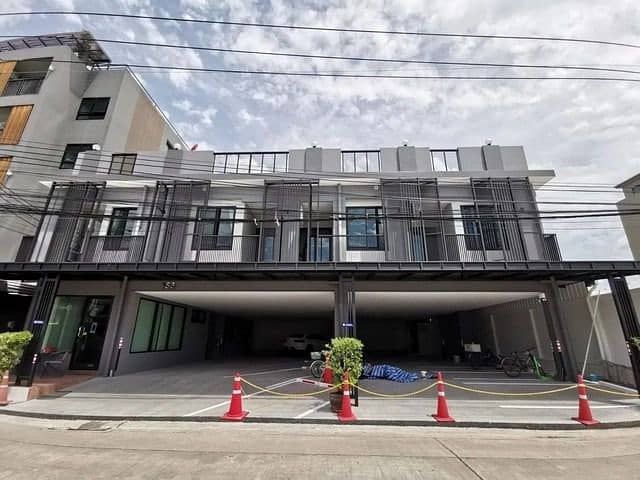 Code C3575 3-storey detached house for rent, Ladprao Road, Nak Niwat, suitable for office, parking lot.