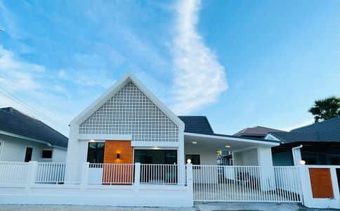 3 Bedroom Home for Sale in Saraphi, Chiangmai - CN0652 - Single-Storey In a modern style House, with a gable roof for sale with 3 bedrooms and  2 bathrooms.