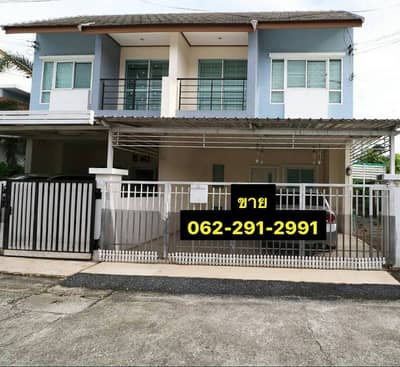 2 Bedroom Townhouse for Sale in Si Racha, Chonburi - Twin house for sale, Townhouse, 2 bedrooms, 2 bathrooms, has a lawn area next to the house, near J Park