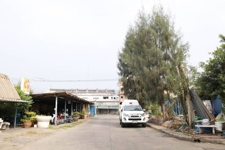 Rent a large warehouse area of 6600 square meters, 8 rai with a license Ror. 4 Petchkasem Road Om Noi