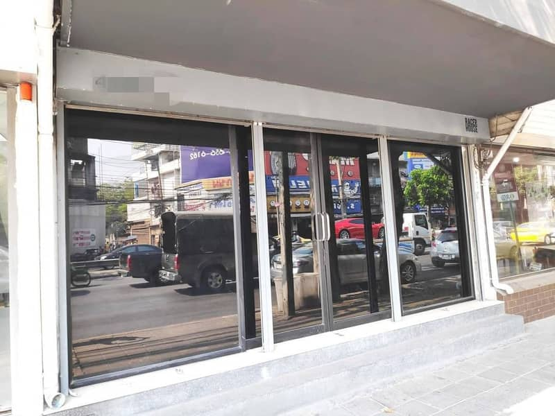 For rent, 1 commercial building, 4 floors, 5 bedrooms, 3 bathrooms, 6 air conditioners, next to Rama 4 Road, 150 meters from BTS Phra Khanong station.