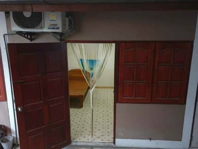 1 Bedroom Apartment for Rent in Khlong Luang, Pathumthani - Air-conditioned room with bed, separate bedroom, kitchen, ensuite bathroom. Washing machine is available.