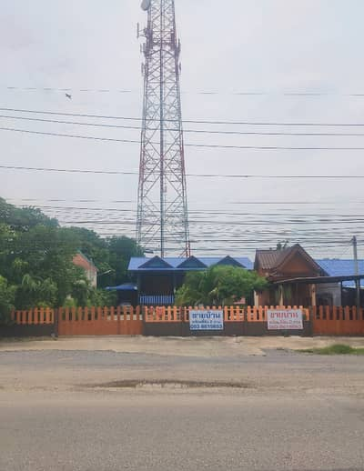 4 Bedroom Home for Sale in Khok Samrong, Lopburi - Golden location on the main road Golden location on the main road Suitable for living and opening a business, restaurants, wholesale shops, garages, car care, 1.5 kilometers away from Khok Samrong market, opposite Khok Samrong Hospital. On the same side a