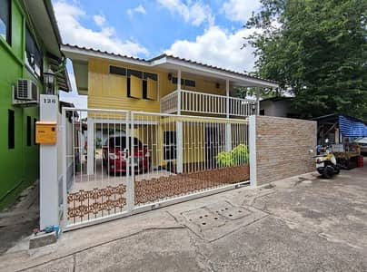 2 Bedroom Home for Sale in Phra Khanong, Bangkok - Single house for sale, semi-wooden, semi-cement, wooden top Below is cement, Soi Udomsuk 43