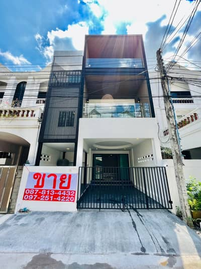 6 Bedroom Townhouse for Sale in Bang Kapi, Bangkok - Townhome for sale Ramkhamhaeng 24-Rama 9. modern style 3 floors, very big back, 6 bedrooms, 7 bathrooms, with roof garden