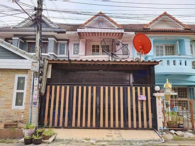 3 Bedroom Townhouse for Sale in Khlong Sam Wa, Bangkok - 2 storey townhouse for sale, Mueang Pracha Village, area of 20 square meters, 3 bedrooms, 2 bathrooms, Hatairat 35, in front of the house there is a morning market in Muk Wan. Can penetrate the road along Khlong Song, near Fashion Island, Safari World, Kh