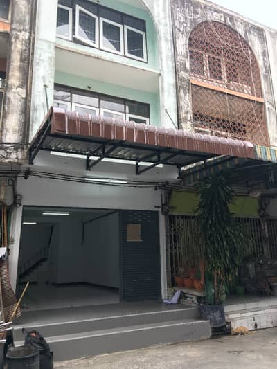 Commercial Building for Sale in Bang Na, Bangkok - Quick sale! Commercial building near BTS Udom Suk and Udom Suk market, convenient to go to Central Bangna Department Store.