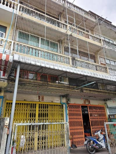 Commercial Building for Sale in Chom Thong, Bangkok - Commercial building for sale - 3.5-storey commercial building, 2 booths, total 50 square wa (hit through together into a single room) within the renovation.