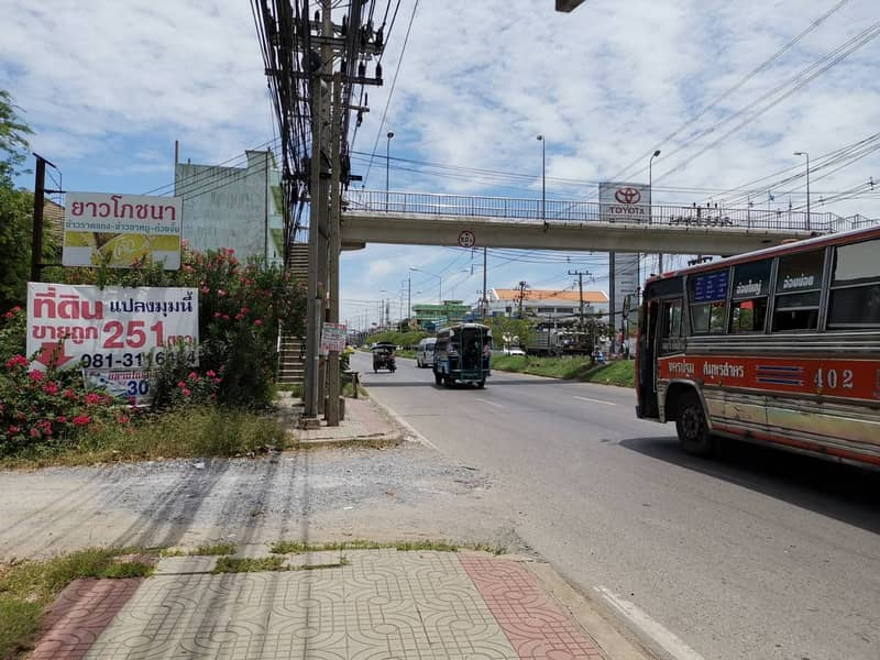 Land for sale is lower than the appraisal price 251 square wa, next to the Economic Road 1, Petchkasem Om Noi