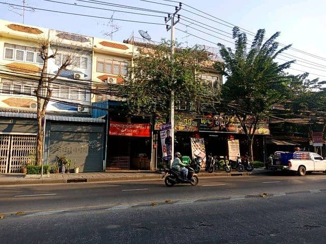 Rent a 3-storey commercial building with restaurant equipment Indenting techno Phra Chom Kla, Thonburi, trading location