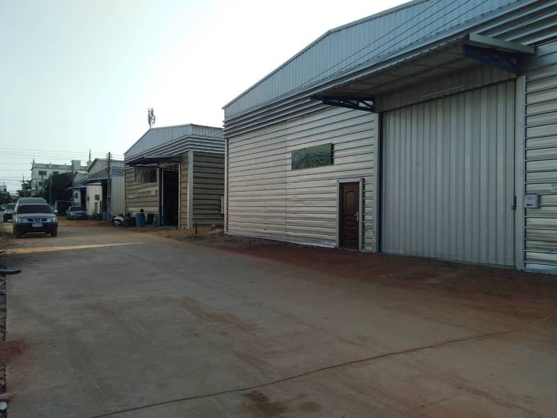Warehouse for rent project They range from 300-3,000 sq m. Price 100 baht per sq m.