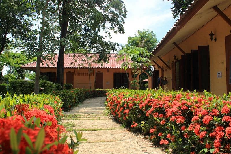 Homestay for sale 2 rai, resort style, 18 bedrooms, including 2-storey house, including TV, air, furniture, shady garden, Tha Kham Subdistrict, Sing Buri Province