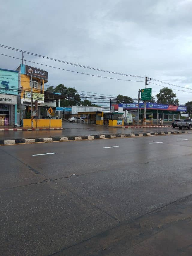 Sale of land and buildings on the edge of Srivichai Road opposite Surat Thani Hospital. Size 1 rai and half special price
