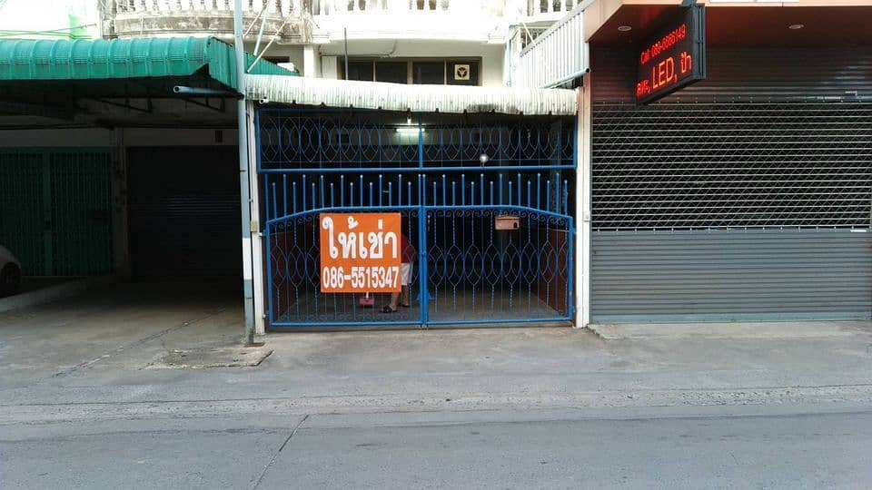 Rent a 4 and a half storey commercial building with a deck. Front row at the entrance of Soi Ladprao 107, the entrance to Ratana Bundit University (RBAC) has many living rooms.