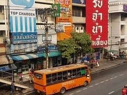 Restaurant for rent in prime location on Rama IV road At the bus stop before the overpass Thousands of people stand in front of the store a day.