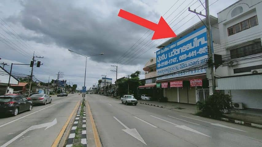 Commercial building for rent, area of 1 rai 40 Tarawa 3 rooms 3 floors through each other, there is a parking behind the building.