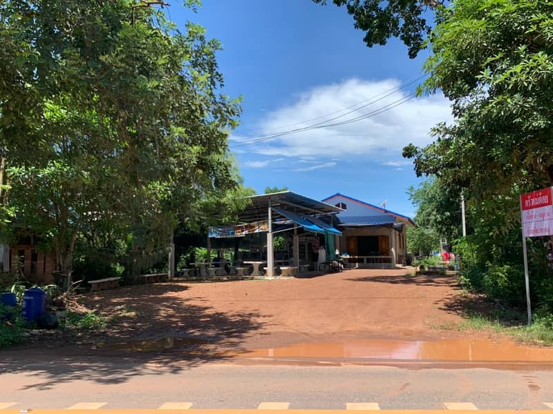 Single house and restaurant ready to operate on the main road on land size 155 Sq. Next to the main paved road (Prachin - Koh Samo) planted a new year only. Like a new home