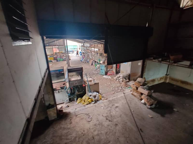 Selling an old warehouse, an area of 120 sq m. Soi Charan 71, Bangkok Noi District, Bangkok - Land is 500 meters from Charansanitwong Road and the Skytrain line.