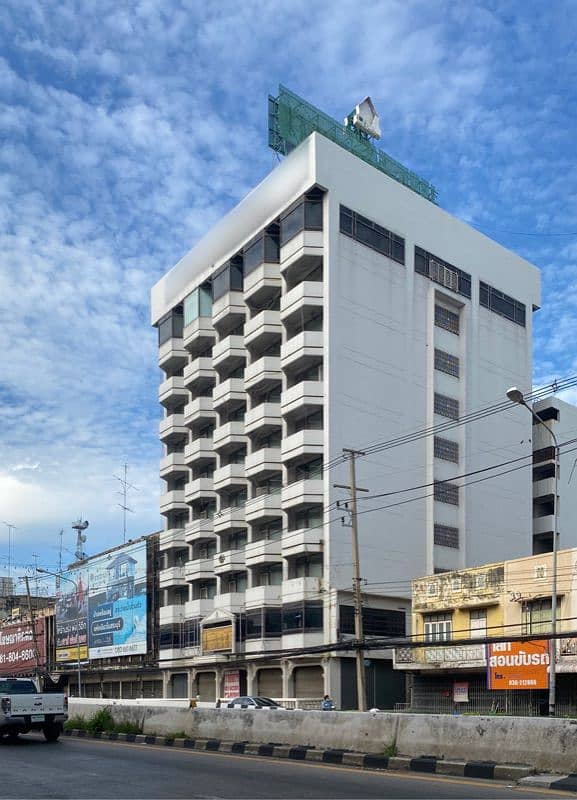 Selling a beautiful land in the heart of the city with buildings ready to run hotel business