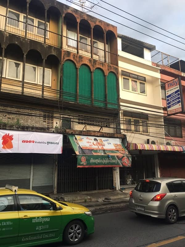 Commercial building for sale on Chokchai 4 Road