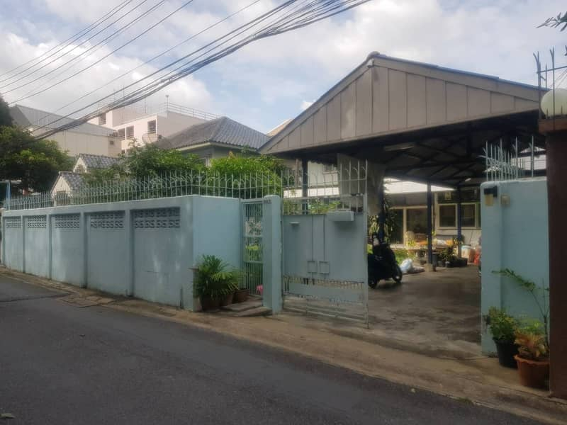 House for sale with land. Soi Ladprao 12, good location near Central Ladprao