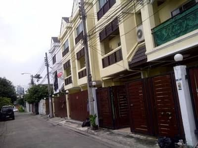 Townhouse furnished good condition with 2 BEDS 3 bathroom 10min walk Thong Lo BTS in Soi Sukhumvit 26-38 about 10min walk Thong Lo BTS