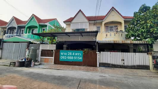 3 Bedroom Townhouse for Sale in Mueang Samut Sakhon, Samutsakhon - Townhouse for sale, Wiset Suk Nakorn University 19. Rama 2 - Pantainorasingh area of 28.4 square wa. There is an area next to the house decorated.