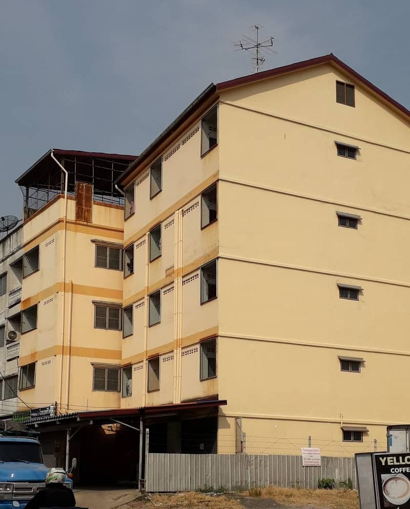 Apartment for sale with a commercial building, 1 booth