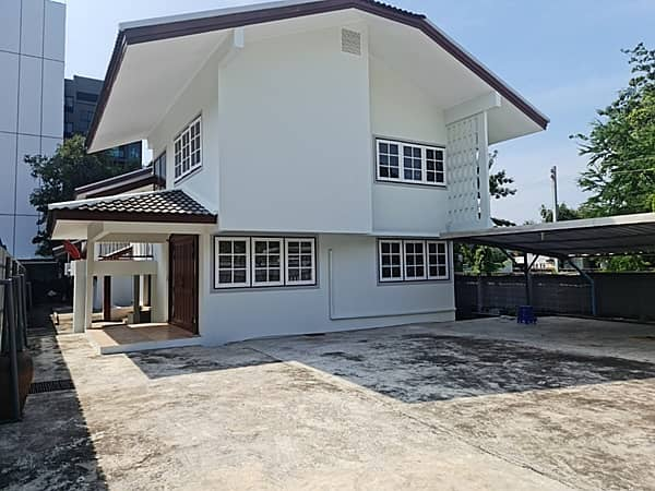 2 storey detached house for rent, on Lad Phrao 44 Road, near MRT Lad Phrao, area 150 square wah, 5 bedrooms, 4 bathrooms, 1 maid room, rental price 65,000 baht per month.