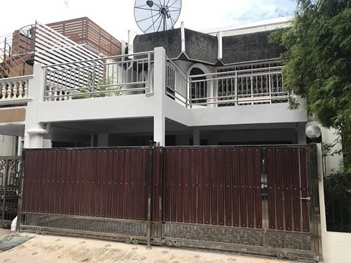2-storey townhouse for rent, Narathiwat Road, area 27 square meters, 3 bedrooms, 3 bathrooms, air-conditioned, complete furniture, rental price 30,000 baht per month.