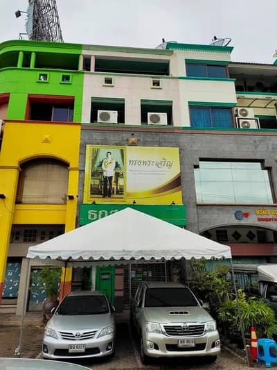 Commercial Building for Sale in Bang Phlat, Bangkok - Commercial building for sale on Borom Road, with bank for rent.