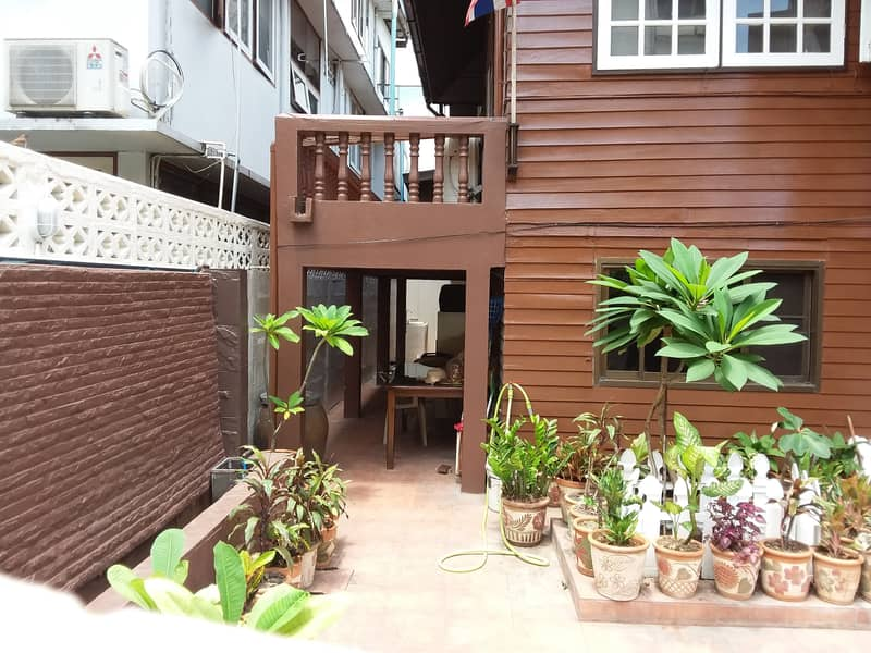 House with an area of 160 sq m, opposite BNH Hospital and Sen Yosep School.