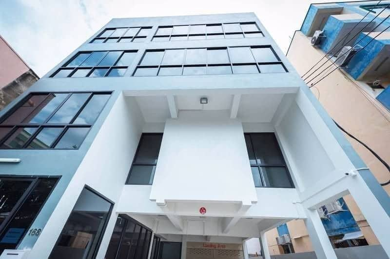 Urgent sale, beautiful new building in the heart of Ratchadaphisek, near MRT Cultural Center, only 5 minutes.