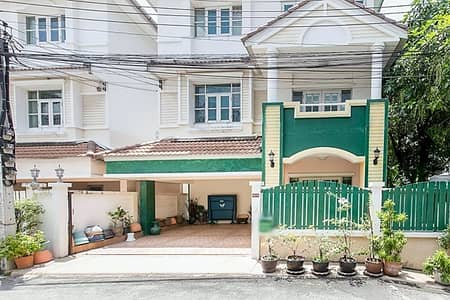 2 storey townhouse for rent on Lad Phrao 64 Road, area 18 square meters, 2 bedrooms, 2 bathrooms, rental price 13,000 baht per month.