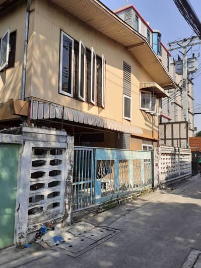 18 Bedroom Apartment for Sale in Dusit, Bangkok - Special price of land with dormitory, wooden house, 18 rooms, size 67 square meters, 10 million baht, negotiable.