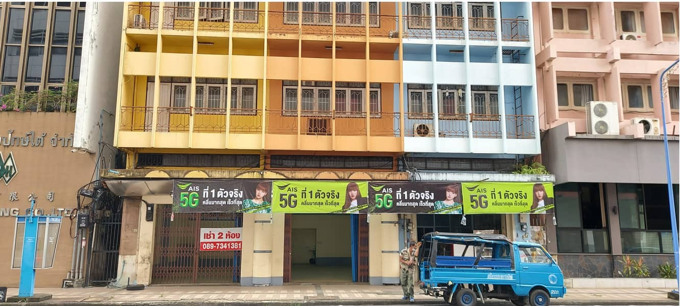 For rent in front of the house, 2 rooms, 135 square meters, 15,000 baht per month, located on the main road Niphat Uthit 2, in the heart of the commercial district of Hat Yai, Songkhla Province.