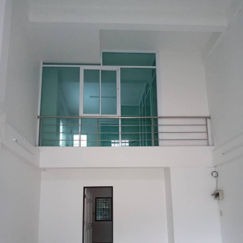 Rent a 2 and a half storey commercial building next to the road near the market, 5 meters wide, with a side left.