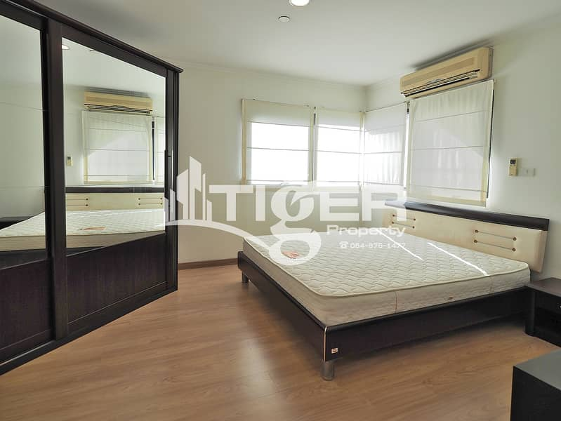 This fully furnished, 2-bedroom / 2-bathroom unit for rent at Sathorn Gardens