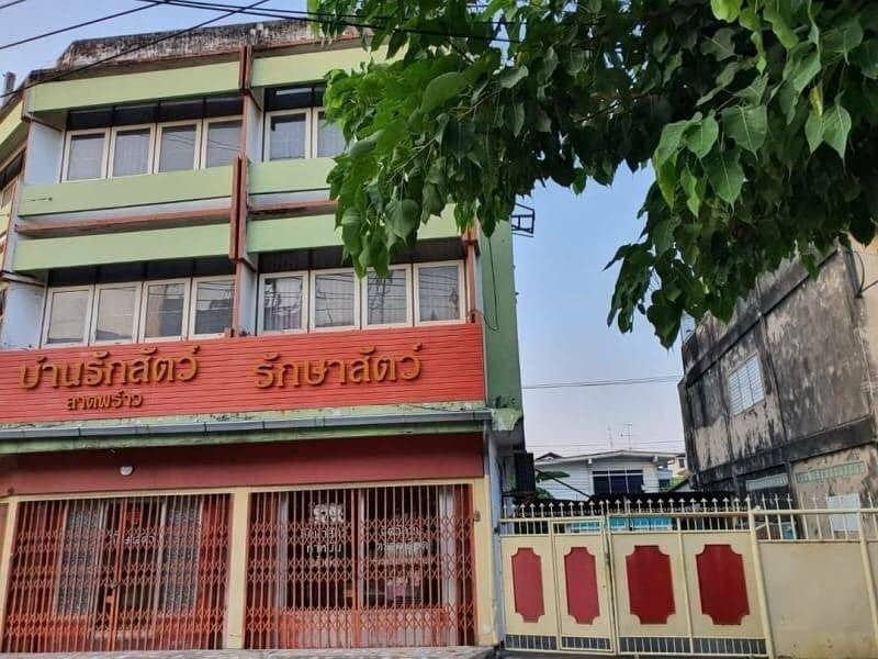 Quick sale, commercial building, Ladprao, Soi 65, area of 58 sq m, 2 booths, Lat Phrao Post Office Chokchai 4 Market