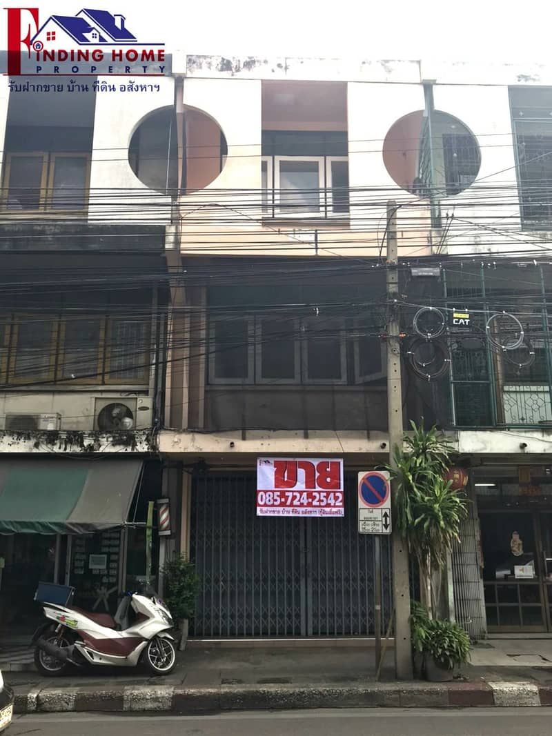 Commercial building for sale, commercial building, 3 floors, 16 sq m, Chokchai 4, next to the main road, prime location Located on the main Chokchai 4 Road between the mouth of Soi 9 and Soi 11, accessible in many ways