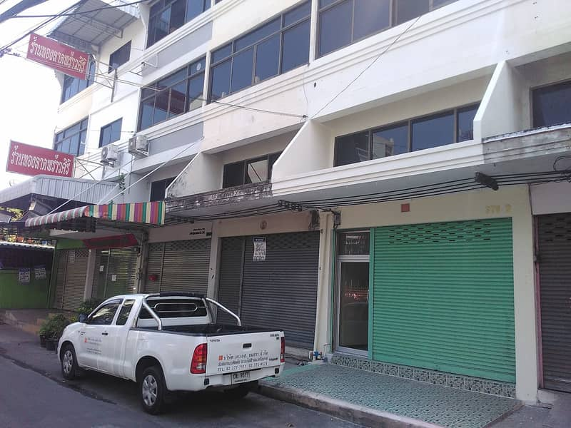For rent, commercial building, 4 floors, 20 square wa, located in Soi Ladprao 132, enter Soi 80 m, opposite Vetthani Hospital, 1 air conditioner, ground floor, glass block 15000 per month