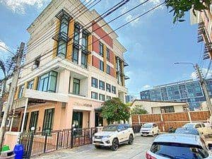 P 4-storey townhome for sale, Baan Klang Krung Office Park Bangna, 37.5 square wa. 284 sqm. 6 bedrooms, 4 bathrooms, very beautiful new house.
