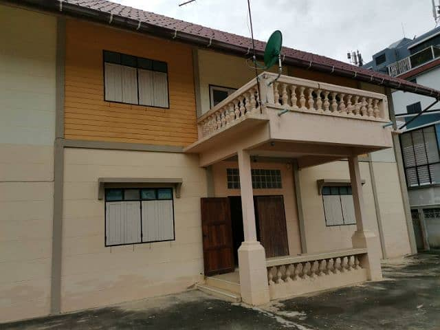 For rent, Shophon Yothin 54. The green line passes