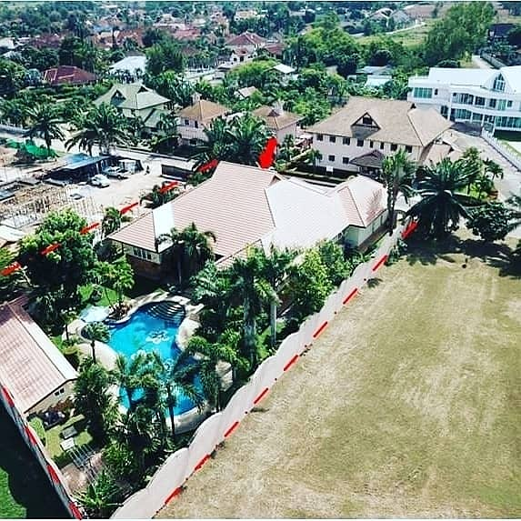 House for sale in Elgrad village. Land area 408 sq m. Offering price 26,400,000 baht, 3 bedrooms, 4 bathrooms, 1 kitchen.